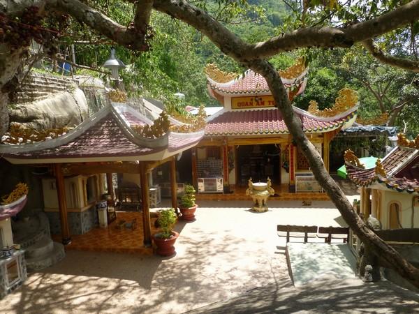 temple-pagode-a-flanc-de-colline