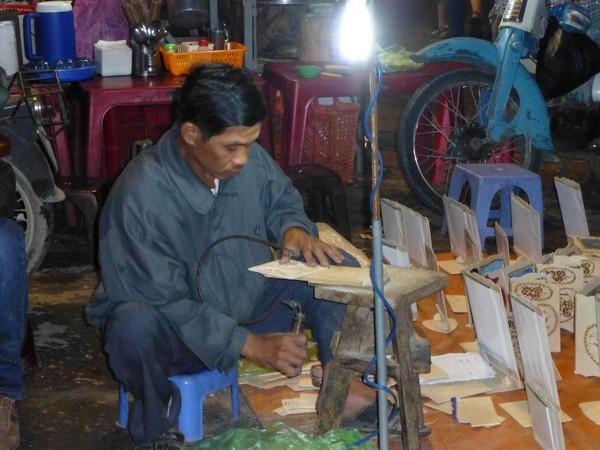 artisan-artiste-travaillant-le-bois