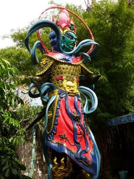 statue-homme-colore-bouddhiste